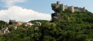 Il castello di Roccascalegna: un comune in provincia di Chieti, in Abruzzo. Il castello fu costruito dal Longobardi per difendersi dai bizantini. Dal 1996 è iniziata l'opera di restauro del castello © Utente FlickrFrancesco Moscone